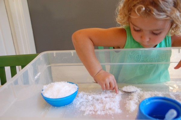 How to make fake snow: an experiment with kids | Tinkerlab.com
