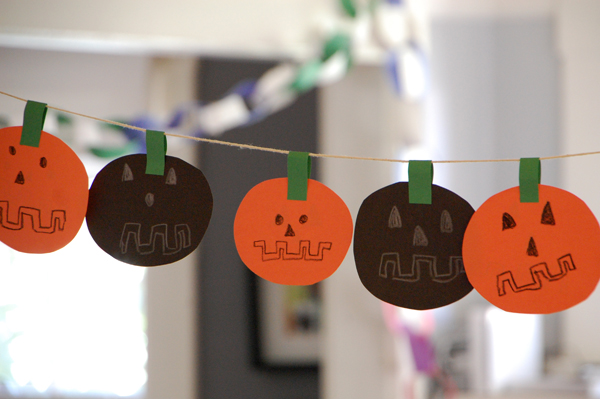 Easy DIY Halloween Garland :: Tinkerlab
