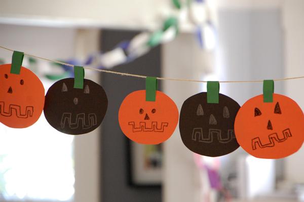 Easy DIY Halloween Garland | TinkerLab